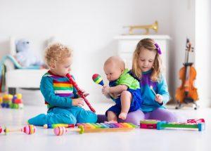 Enfants jouant avec instruments de musique